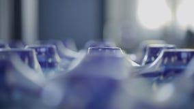 Στο εμπορευματοκιβώτιο έτοιμο να συσκευάσει τα μπουκάλια του νερού περιστρέφεται γύρω από απόθεμα βίντεο