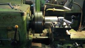 Στο εργοστάσιο ο παλαιός οριζόντιος τόρνος ευθυγραμμίζει το στρώμα των μερών μετάλλων απόθεμα βίντεο