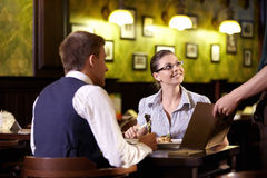 Στο εστιατόριο Στοκ φωτογραφίες με δικαίωμα ελεύθερης χρήσης
