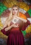Στο εσωτερικό πορτρέτο μιας κυρίας με τη «μαγική σφαίρα» Στοκ φωτογραφία με δικαίωμα ελεύθερης χρήσης
