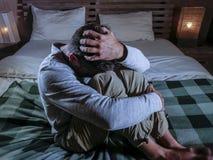 Στο εσωτερικό πορτρέτο της νέας απελπισμένης και καταθλιπτικής συνεδρίασης κρεβατοκάμαρων ατόμων στο σπίτι στο λυπημένους και το  Στοκ Φωτογραφίες