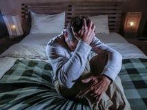 Στο εσωτερικό πορτρέτο της νέας απελπισμένης και καταθλιπτικής συνεδρίασης κρεβατοκάμαρων ατόμων στο σπίτι στο λυπημένους και το  Στοκ Εικόνες