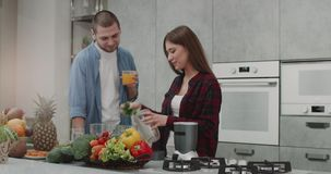 Στο ζεύγος πρωινού που προετοιμάζει μαζί το καταφερτζή για ένα υγιές πρόγευμα σε ένα σύγχρονο σχέδιο κουζινών, όλο απόθεμα βίντεο