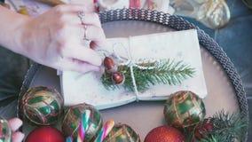 στολισμούς Τα θηλυκά χέρια κάνουν ένα νέο έτος decoratins απόθεμα βίντεο