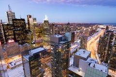 Στο κέντρο της πόλης άποψη πόλεων highriser του Τορόντου στην αυγή στοκ φωτογραφία
