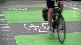 Στο κέντρο της πόλης αστική πάροδος ποδηλάτων 4K UHD φιλμ μικρού μήκους