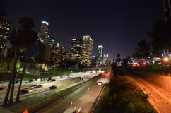 Στο κέντρο της πόλης Λος Άντζελες τη νύχτα - άποψη αυτοκινητόδρομων στοκ εικόνα