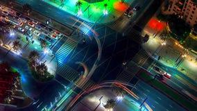 Στο κέντρο της πόλης νύχτα του Ντουμπάι στη μετάβαση ημέρας timelapse με τους σύγχρονους ουρανοξύστες, τη λεωφόρο και την κυκλοφο στοκ εικόνες