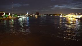 Στο κέντρο της πόλης ορίζοντας στον ποταμό με τα φω'τα νύχτας φιλμ μικρού μήκους