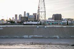 Στο κέντρο της πόλης ορίζοντας του Λος Άντζελες από τον ποταμό Λα στοκ εικόνες με δικαίωμα ελεύθερης χρήσης