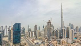 Στο κέντρο της πόλης ορίζοντας του Ντουμπάι με τους recidential πύργους timelapse, άποψη από τη στέγη απόθεμα βίντεο