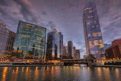 Στο κέντρο της πόλης ορίζοντας του Σικάγου τη νύχτα στοκ φωτογραφία με δικαίωμα ελεύθερης χρήσης