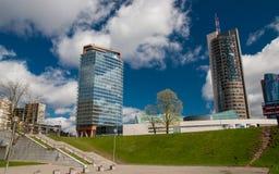 Στο κέντρο της πόλης ουρανοξύστης στον ουρανό στοκ φωτογραφία