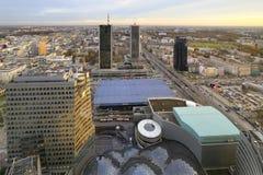 Στο κέντρο της πόλης πανοραμική άποψη της Πολωνίας, Βαρσοβία με τους ουρανοξύστες στο πρώτο πλάνο Στοκ Εικόνες
