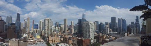 Στο κέντρο της πόλης πανόραμα του Σικάγου μια ηλιόλουστη ημέρα στοκ φωτογραφία με δικαίωμα ελεύθερης χρήσης