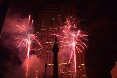 Στο κέντρο της πόλης πυροτεχνήματα. στοκ φωτογραφίες
