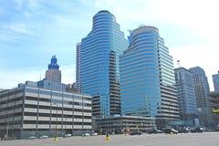 Στο κέντρο της πόλης πύργοι στοκ φωτογραφίες