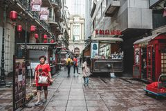 Στο κέντρο της πόλης Σαγκάη όπου οι άνθρωποι περπατούν στις οδούς στοκ φωτογραφία