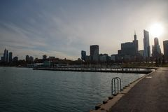 Στο κέντρο της πόλης σκιαγραφία ηλιοβασιλέματος του Σικάγου που πυροβολείται από το πάρκο επιχορήγησης στοκ φωτογραφίες με δικαίωμα ελεύθερης χρήσης