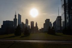 Στο κέντρο της πόλης σκιαγραφία του Σικάγου που πυροβολείται κατά τη διάρκεια του ηλιοβασιλέματος στοκ εικόνα με δικαίωμα ελεύθερης χρήσης