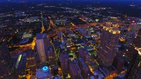 Στο κέντρο της πόλης φω'τα της Ατλάντας στο σούρουπο Κάμερα που αιωρείται στον αέρα επάνω από το κέντρο πόλεων Πραγματικός - χρόν φιλμ μικρού μήκους