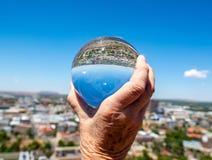 Στο κέντρο της πόλης Bloemfontein μέσω μιας στερεάς σφαίρας γυαλιού στοκ εικόνα