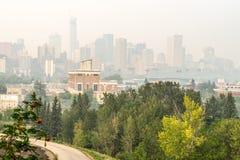 Στο κέντρο της πόλης covwerd πόλεων του Έντμοντον με το βαρύ καπνό πυρκαγιών στοκ φωτογραφία