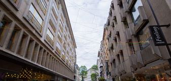 Στο κέντρο της πόλης plaza με τα ζωηρόχρωμα σχοινιά στοκ φωτογραφία με δικαίωμα ελεύθερης χρήσης