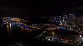 Στο κέντρο της πόλης άποψη νύχτας του Μαϊάμι Φλώριδα ΗΠΑ Στοκ Φωτογραφία