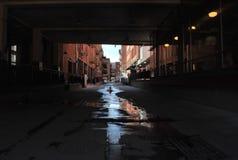 Στο κέντρο της πόλης αλέα διπλανών δρόμων στοκ φωτογραφία με δικαίωμα ελεύθερης χρήσης
