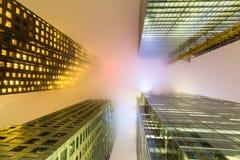 Στο κέντρο της πόλης κτήρια του Τορόντου τη νύχτα με την ομίχλη Στοκ Εικόνες