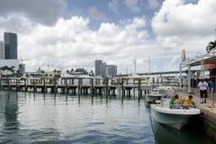 Στο κέντρο της πόλης Μαϊάμι, γέφυρες, εστιατόριο και βάρκες Στοκ φωτογραφίες με δικαίωμα ελεύθερης χρήσης