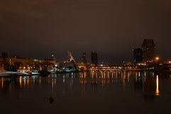 στο κέντρο της πόλης μεγάλα ορμητικά σημεία ποταμού Στοκ Εικόνα