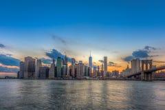 Στο κέντρο της πόλης ορίζοντας και γέφυρα του Μπρούκλιν του Μανχάταν πόλεων της Νέας Υόρκης Στοκ Εικόνα