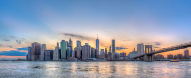 Στο κέντρο της πόλης ορίζοντας και γέφυρα του Μπρούκλιν του Μανχάταν πόλεων της Νέας Υόρκης