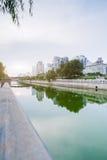 Στο κέντρο της πόλης ορίζοντας πόλεων κατά μήκος του ποταμού στην Κίνα Στοκ Εικόνες