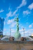 Στο κέντρο της πόλης ορίζοντας του Κλίβελαντ και πηγή του αιώνιου αγάλματος ζωής Στοκ Εικόνα