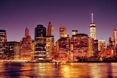 Στο κέντρο της πόλης ορίζοντας του Μανχάταν πόλεων της Νέας Υόρκης τη νύχτα Στοκ Εικόνα