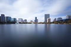 Στο κέντρο της πόλης Ορλάντο από τη λίμνη και το πάρκο Eola Στοκ εικόνα με δικαίωμα ελεύθερης χρήσης