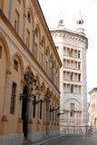 Στο κέντρο της πόλης οδός στην Πάρμα στην Ιταλία με το βαπτιστήριο καθεδρικών ναών Στοκ φωτογραφία με δικαίωμα ελεύθερης χρήσης