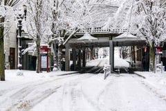 Στο κέντρο της πόλης οδός του Πόρτλαντ στο χιόνι στοκ εικόνες με δικαίωμα ελεύθερης χρήσης