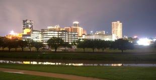 Στο κέντρο της πόλης ποταμός τριάδας οριζόντων του Fort Worth Τέξας αργά - νύχτα Στοκ Εικόνες