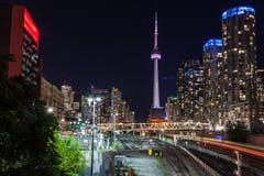 Στο κέντρο της πόλης πύργος του Τορόντου και ΣΟ τη νύχτα, Τορόντο, Καναδάς Στοκ εικόνα με δικαίωμα ελεύθερης χρήσης
