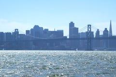 Στο κέντρο της πόλης Σαν Φρανσίσκο από πέρα από τον κόλπο του Σαν Φρανσίσκο Στοκ Φωτογραφία