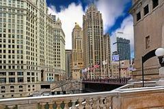 Στο κέντρο της πόλης Σικάγο με τον πύργο βημάτων στο μπλε ουρανό Στοκ Φωτογραφία