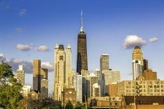 Στο κέντρο της πόλης Σικάγο με το μπλε ουρανό στοκ φωτογραφίες
