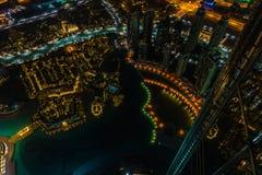 Στο κέντρο της πόλης σκηνή νύχτας του Ντουμπάι με τα φω'τα πόλεων Τοπ όψη Στοκ εικόνα με δικαίωμα ελεύθερης χρήσης