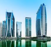 Στο κέντρο της πόλης σκηνή νύχτας του Ντουμπάι, πύργοι λιμνών Jumeirah Στοκ Εικόνα