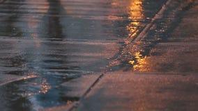 Στο κέντρο της πόλης δυνατή βροχή, σε αργή κίνηση απόθεμα βίντεο