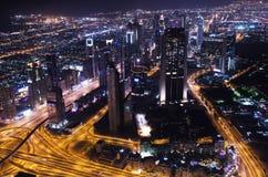Στο κέντρο της πόλης φω'τα νέου πόλεων του Ντουμπάι φουτουριστικά στοκ εικόνα